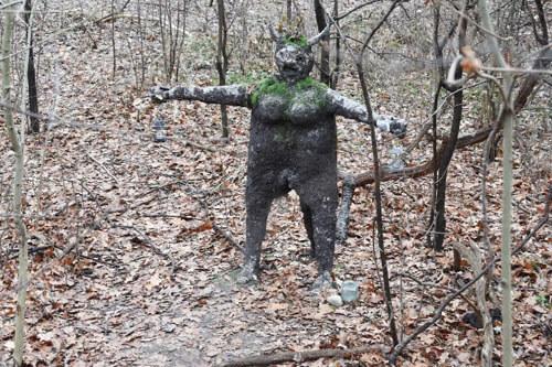 странная скульптура в лесу
