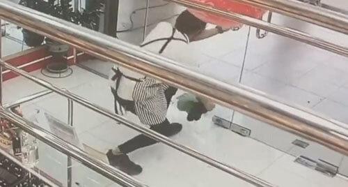 грабитель стреляет в дверь