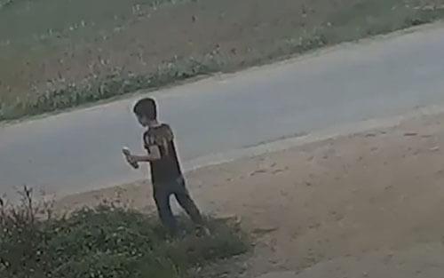 мальчик перебегает дорогу