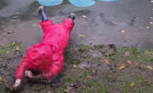мальчик упал в грязь лицом