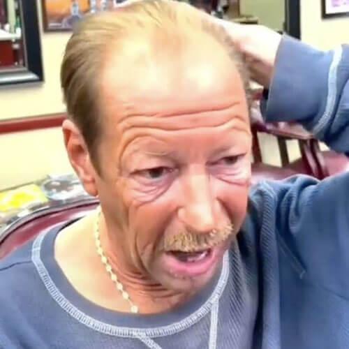 парикмахер подстриг бездомного