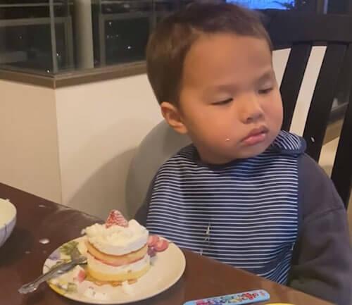 ребёнок заснул сидя перед пирожным