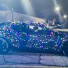 машина в праздничной гирлянде