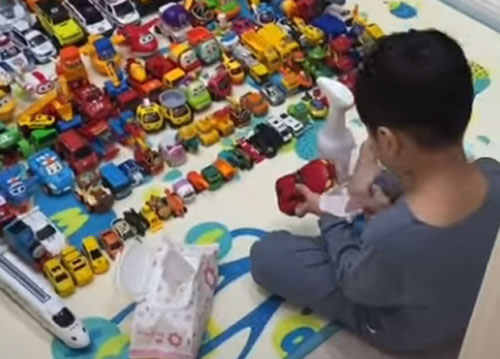 мальчик ухаживает за парком машин