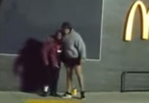 добряк отдал бездомному брюки