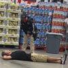 покупатель протестует на полу