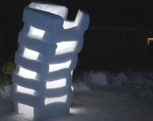 необычная башня из снега