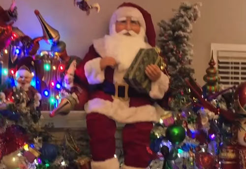 дом в рождественских украшениях