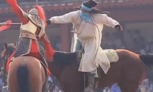 актёр постоянно падает с лошади