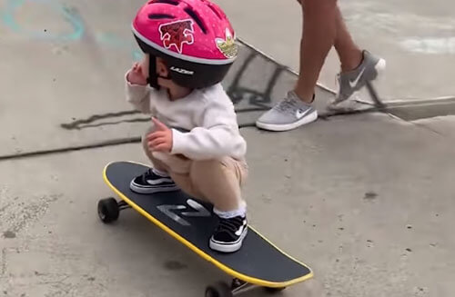 маленькая девочка на скейтборде