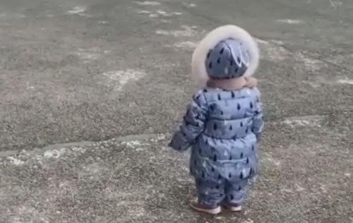 сынишку сдуло ветром