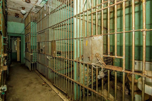 к дому прилагается тюрьма