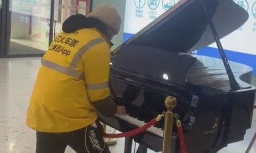 курьер играет на рояле