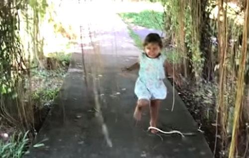 змея попыталась укусить девочку