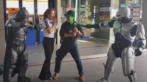 супергерои возле банкомата