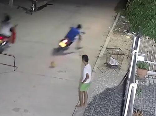 мотоциклист упал из-за мяча