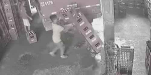 грузчик спасает ящик с пивом