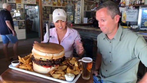 огромный бургер и бочонок пива