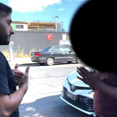 незнакомец мочится на машину