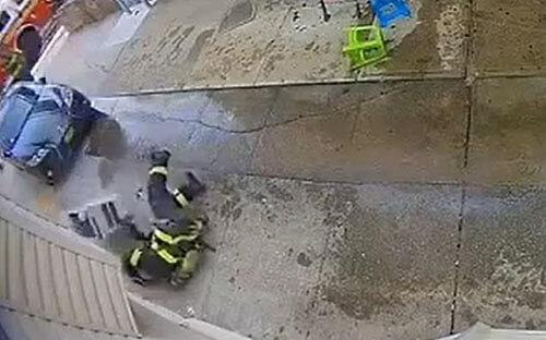 кондиционер упал на пожарного