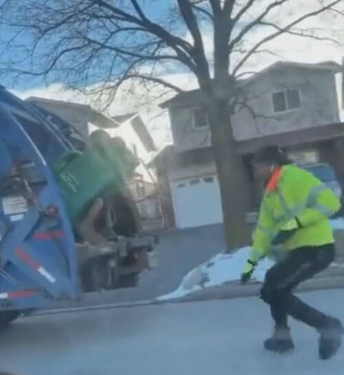 мусорщик танцует на работе