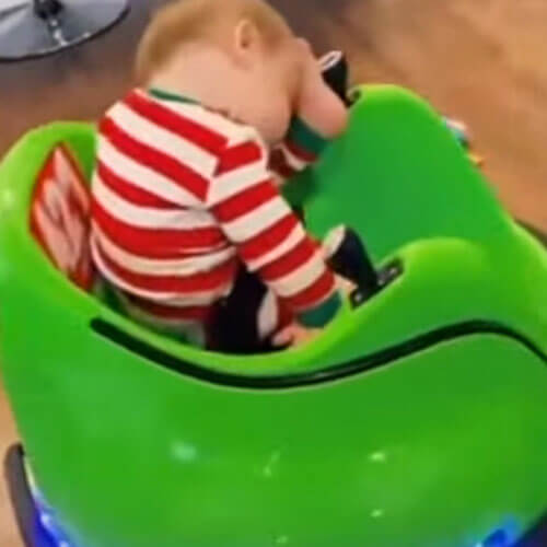 мальчик спит в игрушечной машине