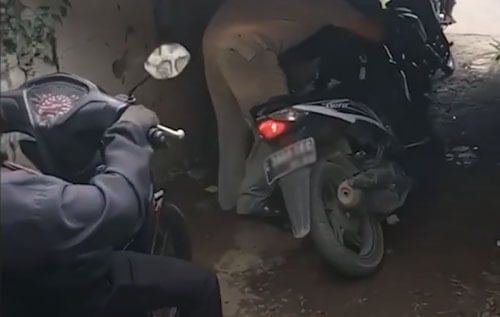 мотоциклисты мучаются в тоннеле