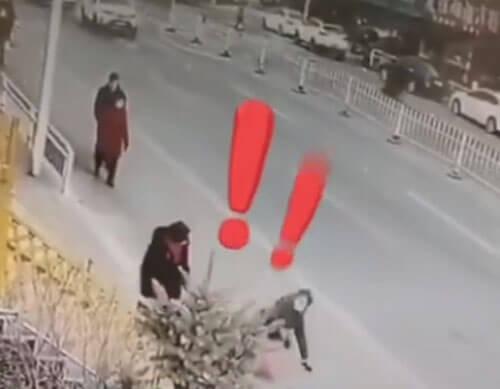 незнакомка толкнула женщину