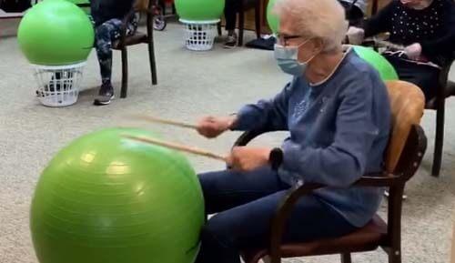 барабаны из гимнастических мячей
