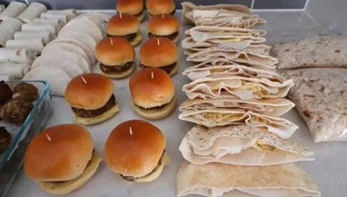 мама готовит школьные обеды