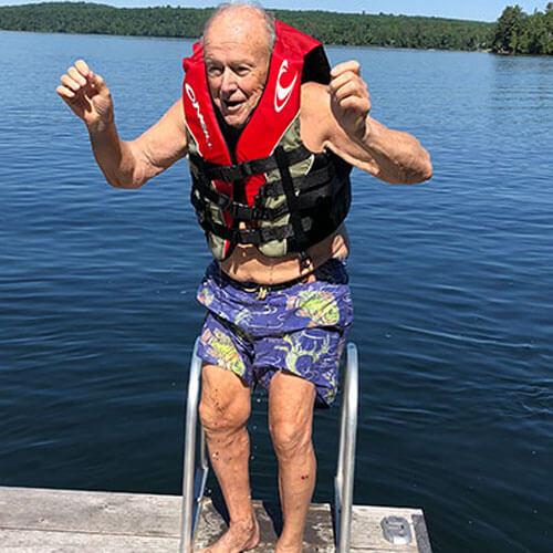 дедушка на водных лыжах
