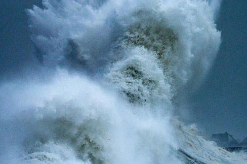 лицо морского бога в волнах