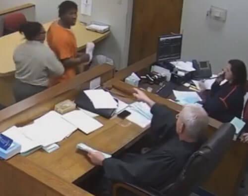 обвиняемый разбушевался в суде