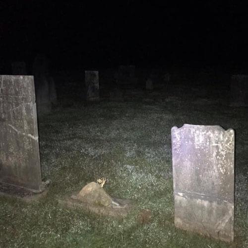 фото призрака на кладбище ночью