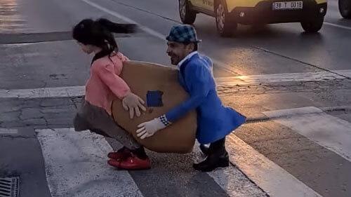 пешеход в смешном костюме
