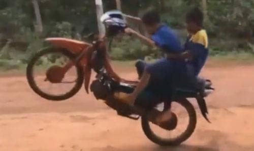 маленькие седоки на мотоцикле