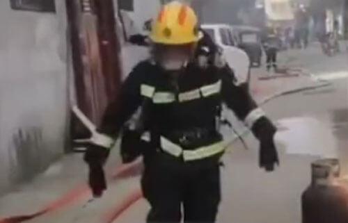 пожарный с газовым баллоном