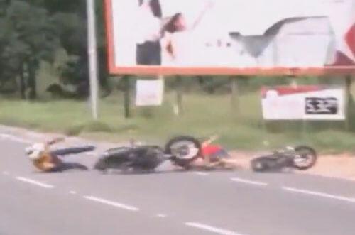 мотоциклисты увидели репортёра