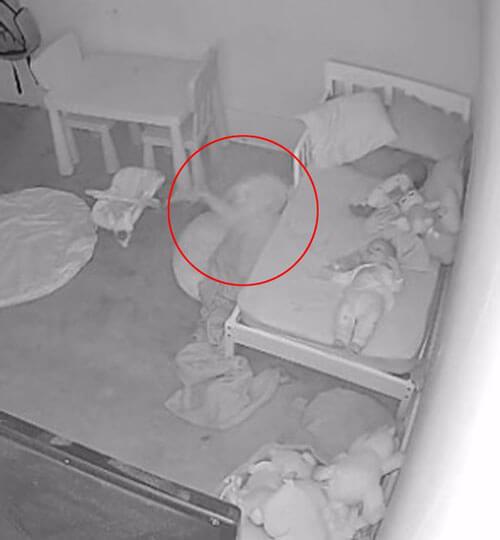 девочку утащили под кровать