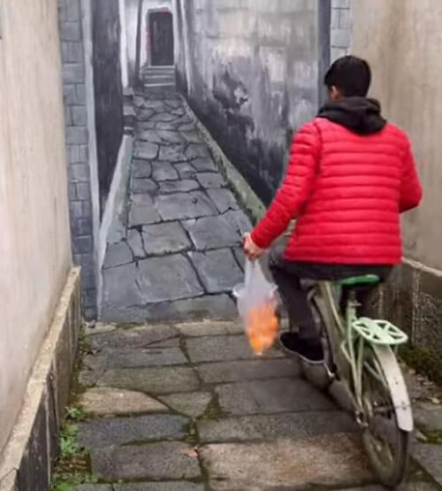 велосипедист врезался в картину