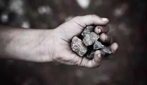 дом закидывают камнями
