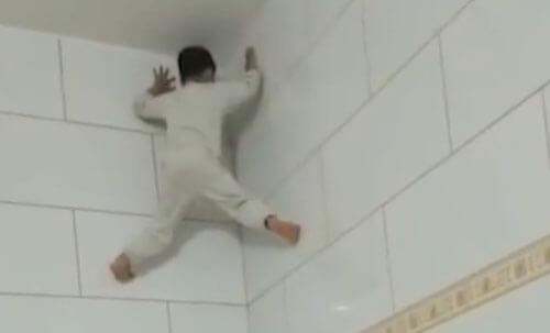 маленький человек-паук на стене