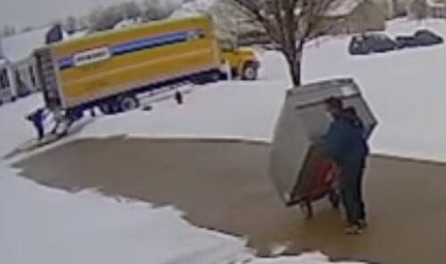 новенький холодильник не доехал
