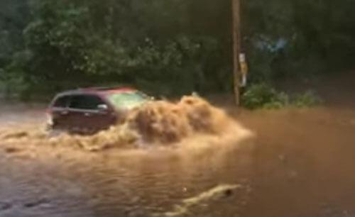 автомобили на затопленной дороге