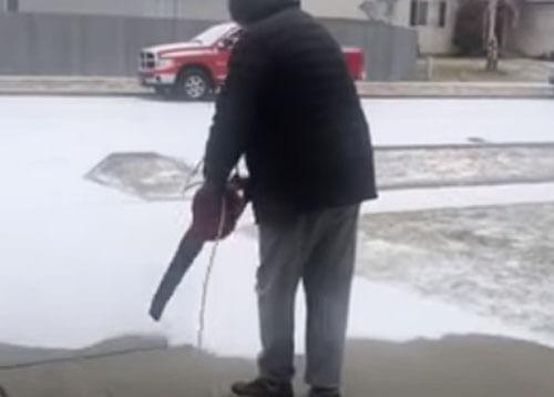 чистка снега листодувом