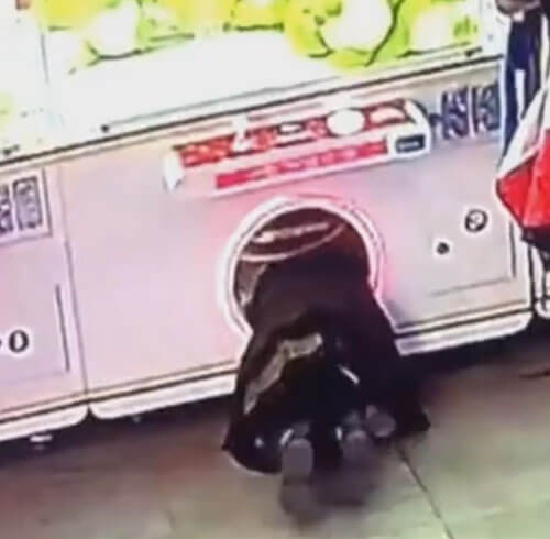 девочка в игровом автомате