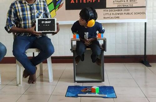 рекорд с тремя кубиками рубика