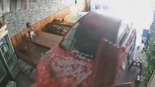 красивая машина красного цвета