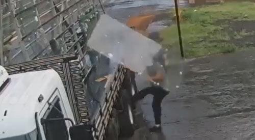 крепкое стекло упало с грузовика