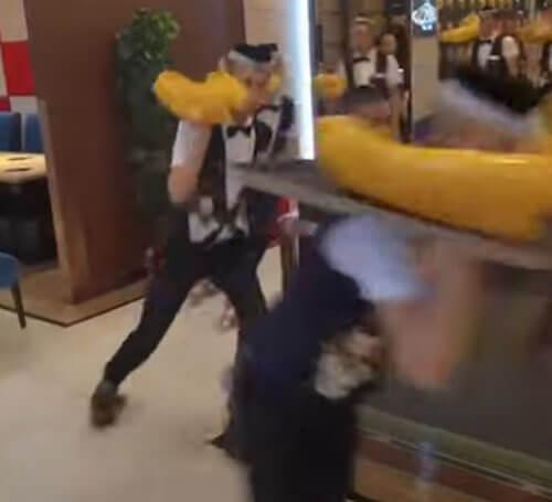 официанты надели ролики